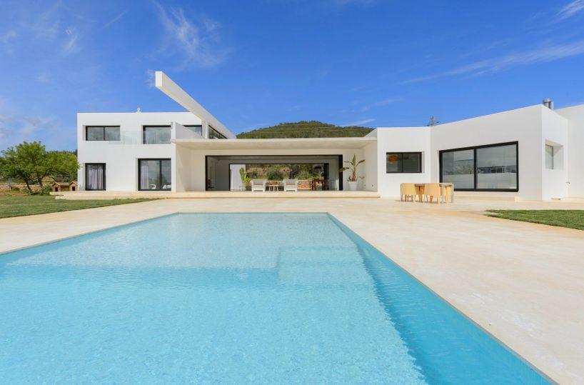 Minimalist villa cool villa living room minimalist for Minimalist villa design