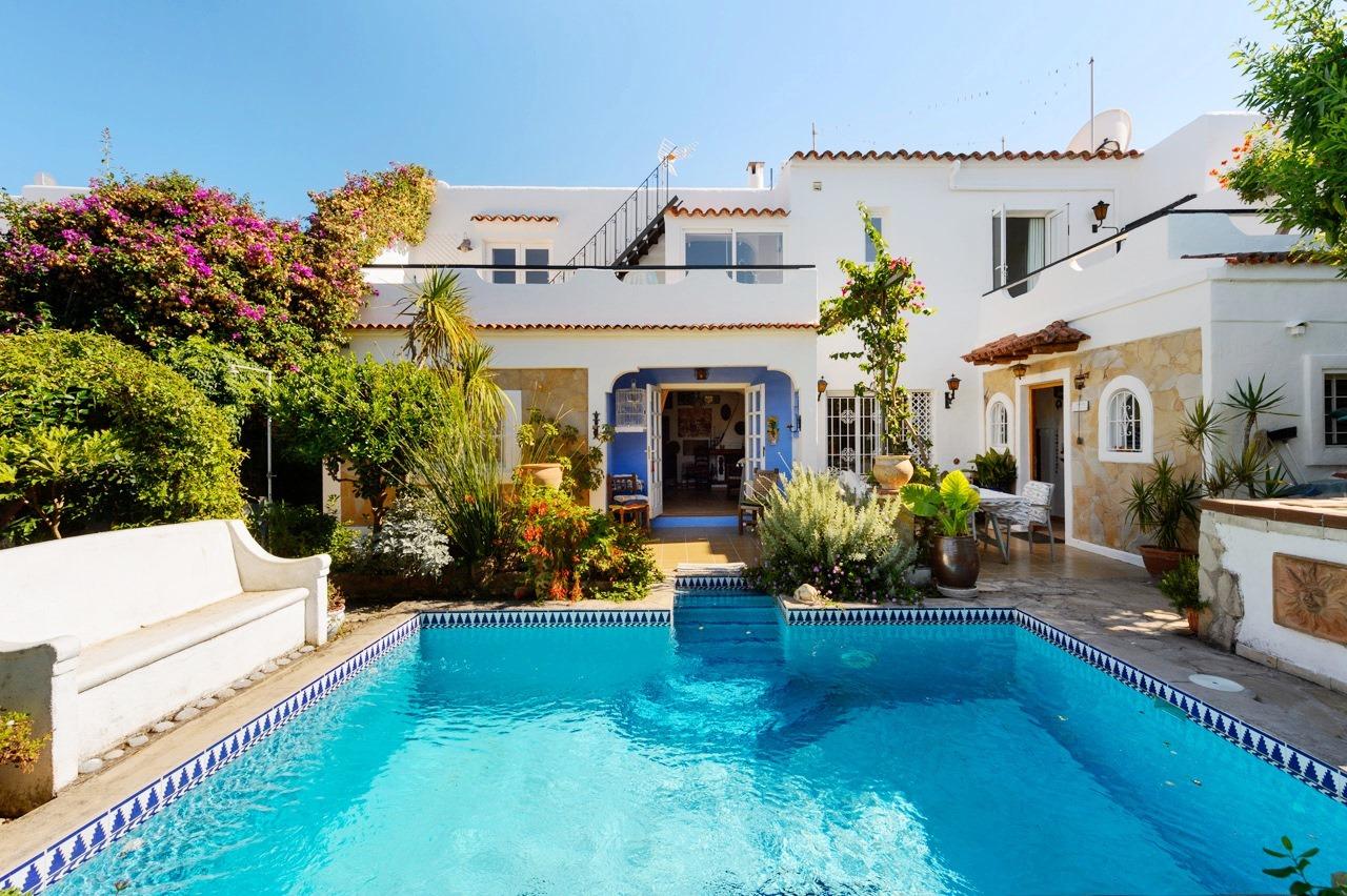 Casa adosada de 3 habitaciones con piscina privada y for Casa de campo con piscina privada