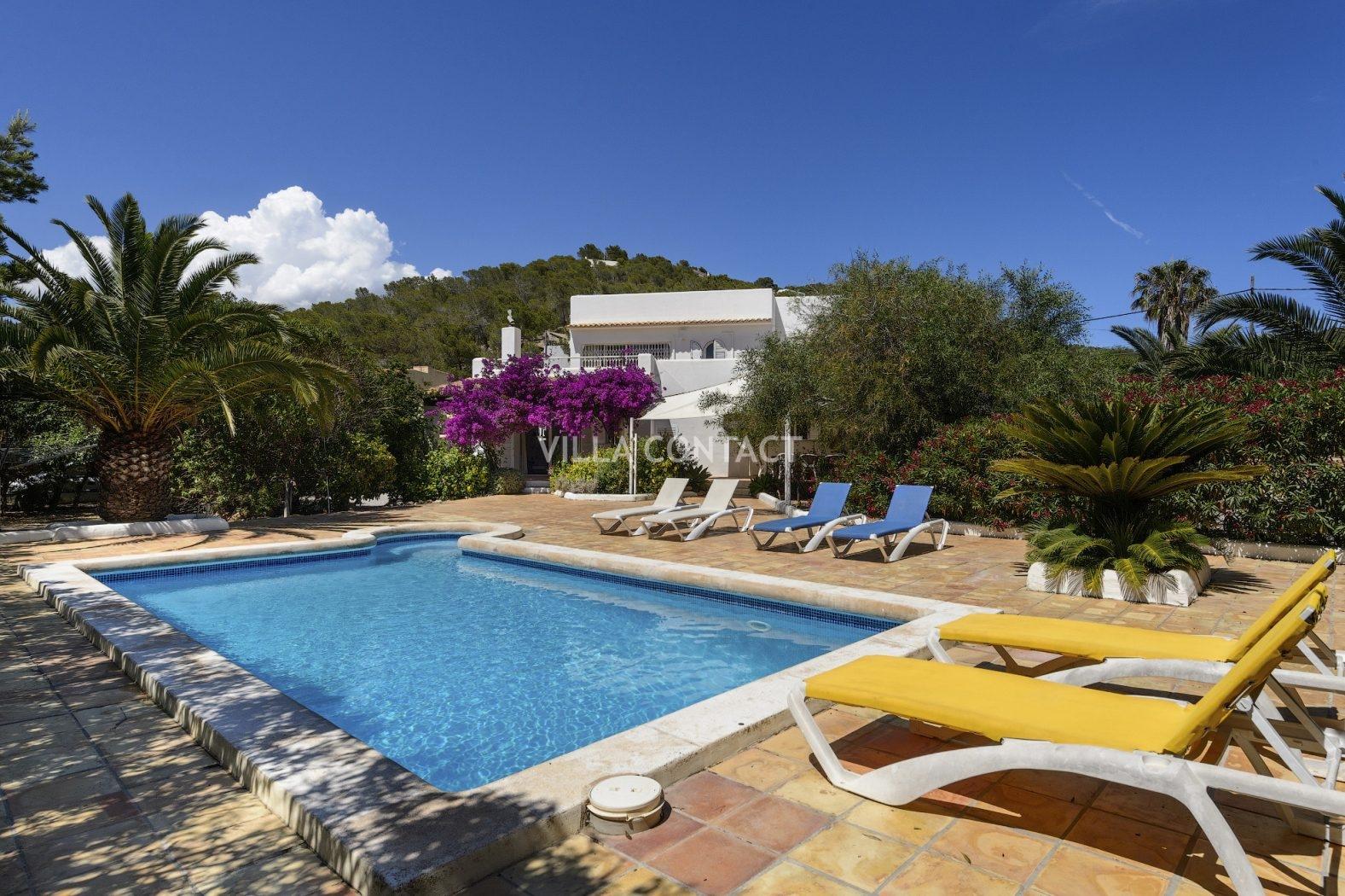 Villa con 4 dormitorios piscina privada y jardin situada for Piscina privada para dos